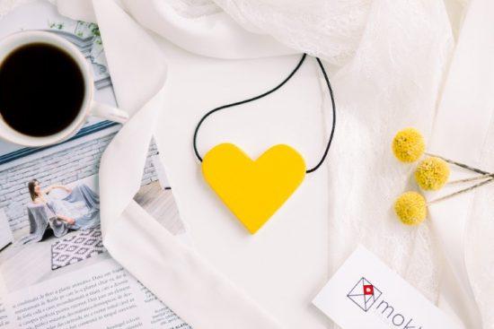 Colier cu Pandantiv din Lemn - Cu Inima La Purtator - galben muștar