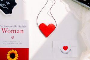 Colier cu Pandantiv din Lemn - Cu Inima La Purtator - roșu vermilion