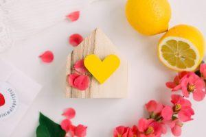 Broșă din Lemn - Cu Inima La Purtător - galben soare
