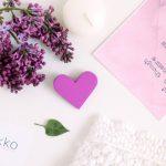 Broșă din Lemn - Cu Inima La Purtător - mov orhidee