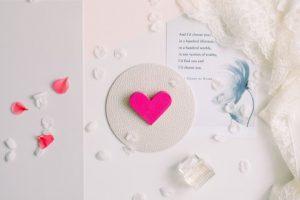 Broșă din Lemn - Cu Inima La Purtător - roz bonbon
